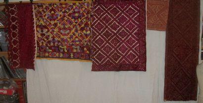 Réunion de cinq panneaux de broderie, Maroc,...