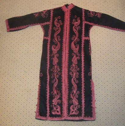 Manteau, Maroc, feutre noir brodé en violine...