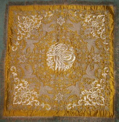 Carré, Turquie, vers 1900, satin jaune, brodé...