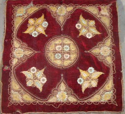Carré, Turquie, vers 1900, velours rouge...
