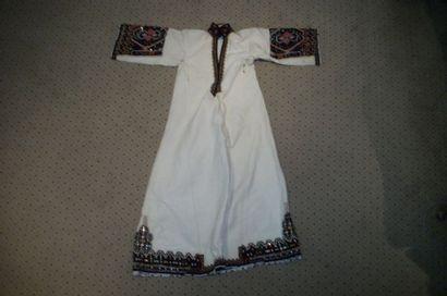 Robe, Serbie, toile crème, col, manches et...