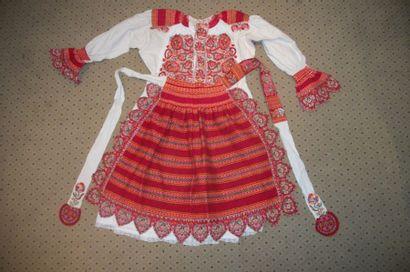 Robe et tablier, Serbie, coton crème brodé...