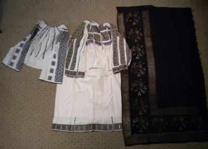 Jupe, deux chemises et un tablier, Roumanie,...