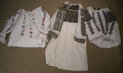 Robe et deux chemises, Roumanie, coton brodé...