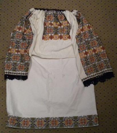 Jupe et chemise, Roumanie, coton brodé polychrome...