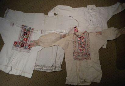 Quatre chemises, Roumanie, coton brodé crème...