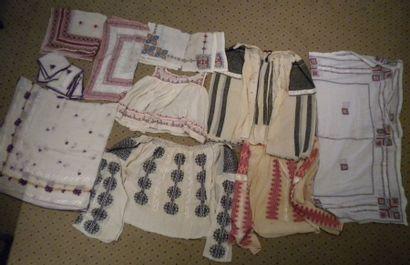 Réunion de napperons et chemises, Roumanie,...