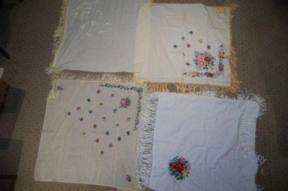 Quatre châles carrés, Roumanie, coton brodé...