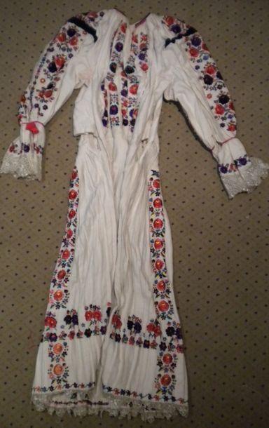 Robe Bamania, Hongrie, coton brodé polychrome...