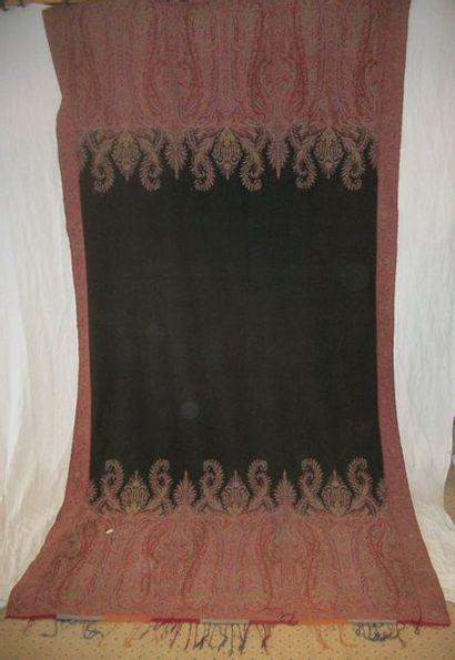 Châle long, France, vers 1840, fond rouge,...