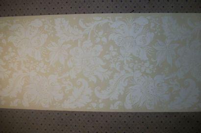 Métrage de neuf rouleaux de papier-peint,...