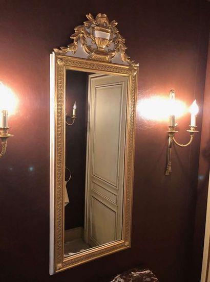 Grand miroir en bois laqué et doré, encadré...