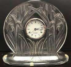 Lalique France  Pendulette en verre moulé,...