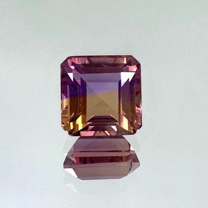 AMETRINE carrée taillée à degrés, pesant 18,45 carats.  Dim : 15 x 15 x 11,3 mm...