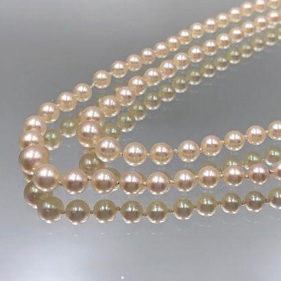 COLLIER composé de deux rangs de perles de...