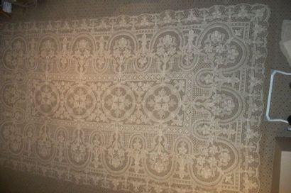 Nappe et ses douze serviettes en dentelle,...