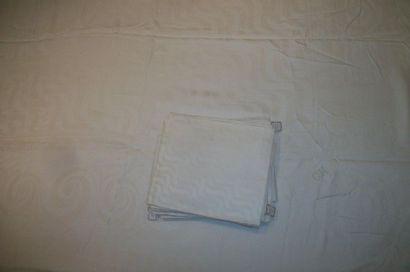 Nappe et ses quatorze serviettes en damassé de coton, décor ondé, bordure de rinceaux....