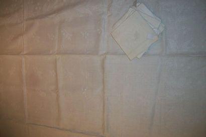 Deux nappes damassées et leur dix-huit serviettes,...