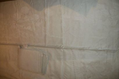 Nappe damassée et ses vingt-trois serviettes,...