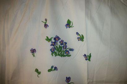 Paire de rideaux, maison Porthault, coton blanc brodé de bouquets de violettes et...