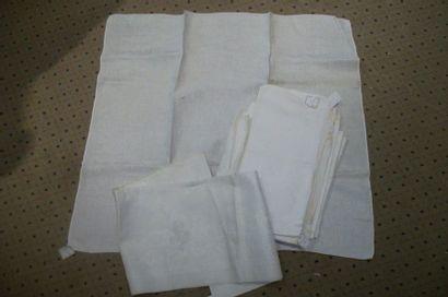 Suite de quatre serviettes en damassé, rinceaux...