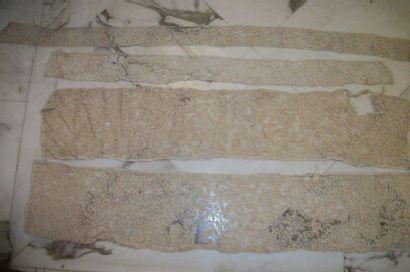 Réunion de mouchoirs en linon bordé de dentelle,...