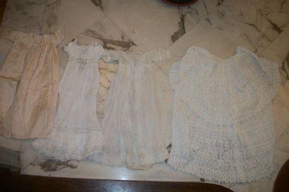 Deux robes de baptême, un manteau ouatiné...