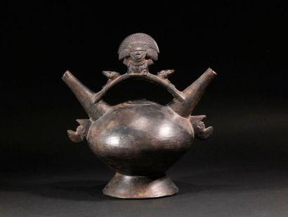 Vase à double goulot et divinité  Terre cuite...