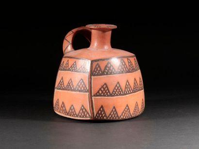 Vase cubique avec dessins géométriques  Terre...