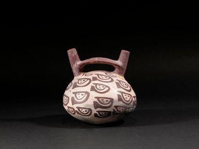 Vase décoré de visage stylisés  Terre cuite...