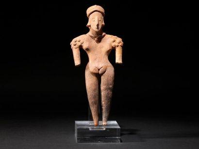 Femme debout  Les bras écartés du corps,...