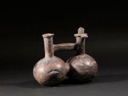 Vase à double panse orné d'un oiseau  Terre...