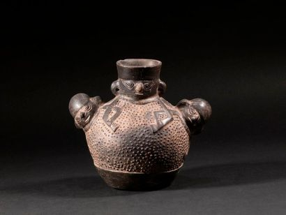 Vase avec 3 personnages  Terre cuite noire...