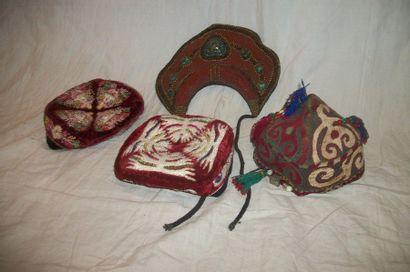 Réunion de quatre coiffes, Asie centrale...