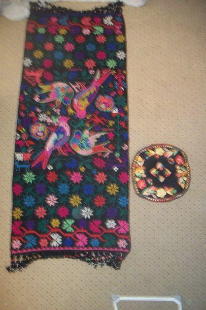 Robe ou chemise, Mexique, coton blanc brodé polychrome de fleurs sur le col et les...