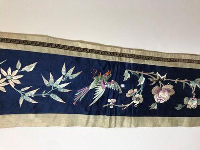 Bandeau, Chine, dynastie Qing, circa 1900, satin bleu, décor brodé en soie polychrome...