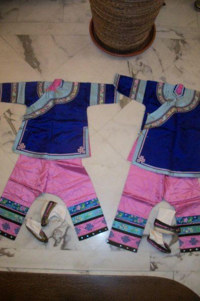 Deux costumes de jeunes filles, pantalons,...