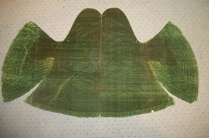 Manteau de statue en velours de soie vert....