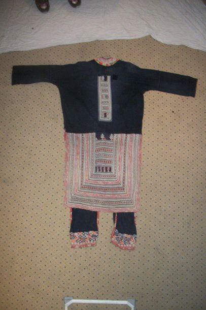 Manteau Yao, Chine, coton indigo et broderies géométriques (empiècement).