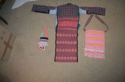 Veste redingote Yao, Chine, avec un sac et une bourse, broderies géométriques.