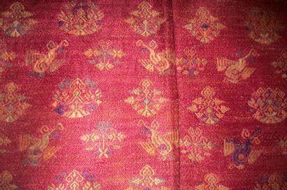 Couvre lit Manohan, Miao, Chine, fond densément brodé en soie rouge, décor crème,...