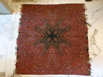 Châle carré, France, vers 1890, fond rouge,...