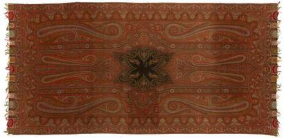 Châle long, France, vers 1880, fond rouge,...