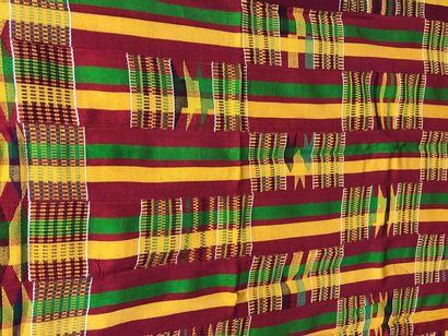 Kente ou tissage Ashanti, Ghana, bandes de façonnés cousues, rayées rouge, vert...