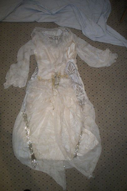 Robe, dans le goût grec, satin ivoire brodé...