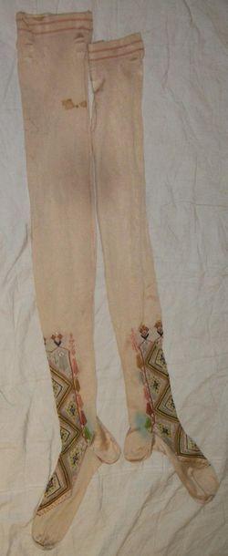 Paire de bas, vers 1900, maille de soie crème,...