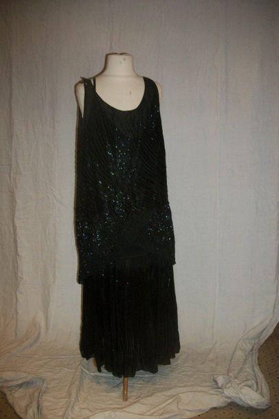 Robe, circa 1930, crêpe noir, brodé en perles...