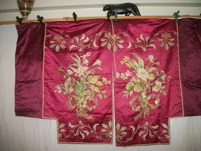 Conopée, XIXème siècle, satin rouge brodé...