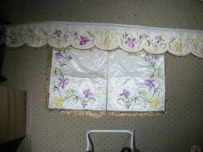 Lambrequin crénelé et deux rideaux de conopée,...