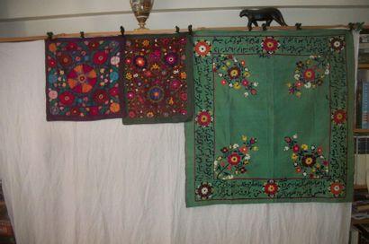 Trois carrés en broderie susani, Ouzbékistan,...